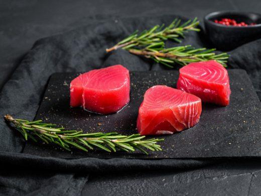 bistecca-di-tonno-rosso-crudo-vista-dall-alto_89816-5902
