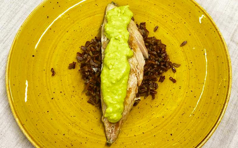 sgombro-riso-rosso-e-salsa-di-avocado